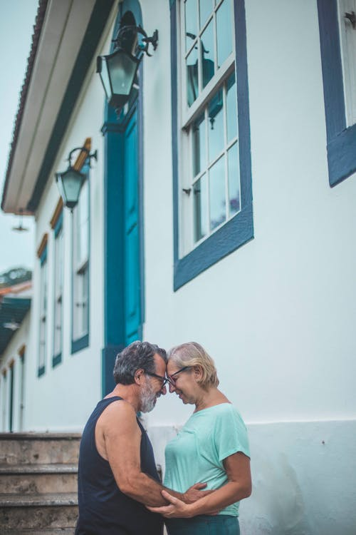 Gratis stockfoto met affectie, architectuur, blond haar, brillen