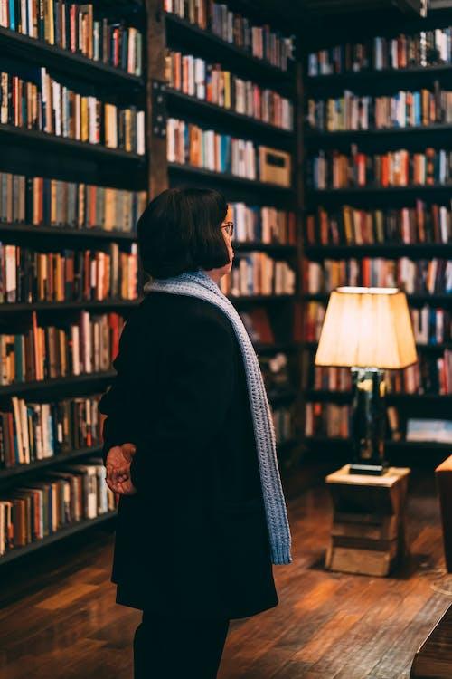 Photos gratuites de adulte, bibliothèque, bibliothèques, brouiller
