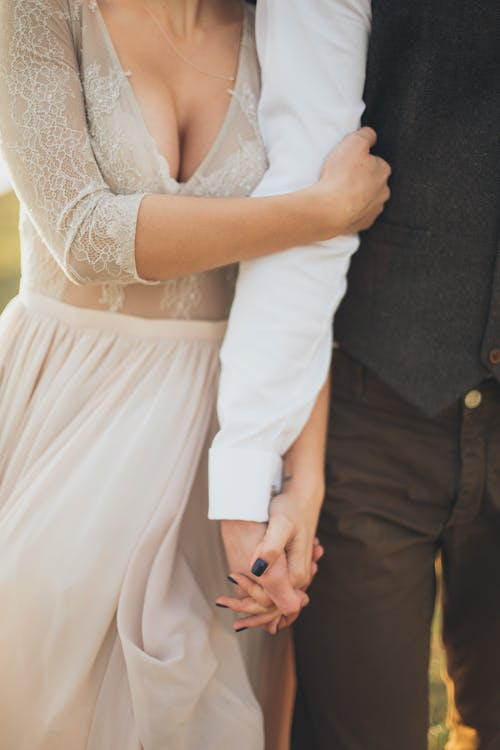 Kostenloses Stock Foto zu braut, frau, händchen halten, händchenhalten