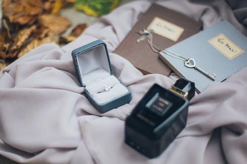 Gratis lagerfoto af halskæde, nøgle, ring, smykker