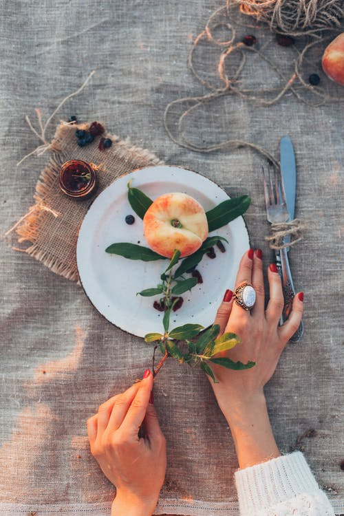 手, 水果, 盤子, 食物 的 免費圖庫相片