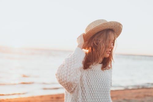 Darmowe zdjęcie z galerii z dziewczyna, fale, horyzont, kapelusz