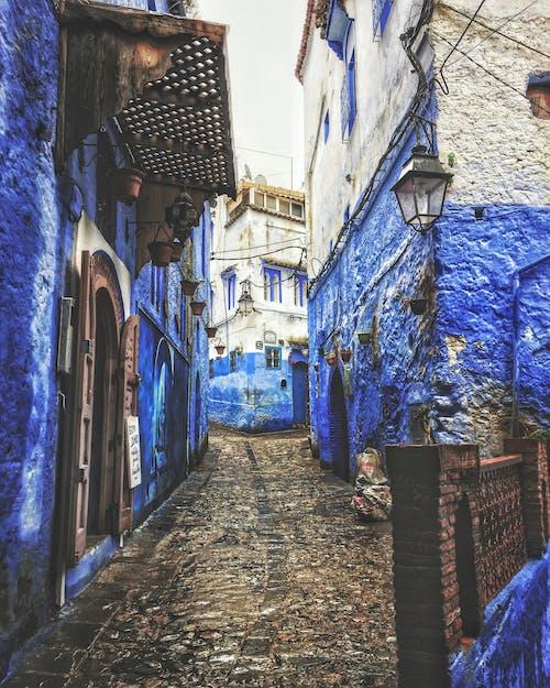 Foto d'estoc gratuïta de arquitectura, blau, carrer, carretera