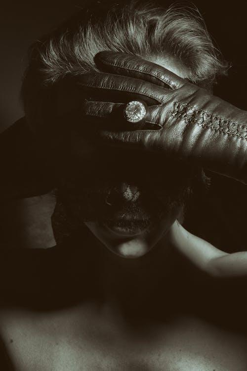 Kostenloses Stock Foto zu bedeckt, einfarbig, graustufen, haar