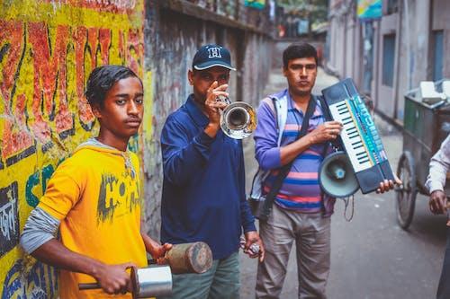 Kostenloses Stock Foto zu farben, männer, musik-equipment