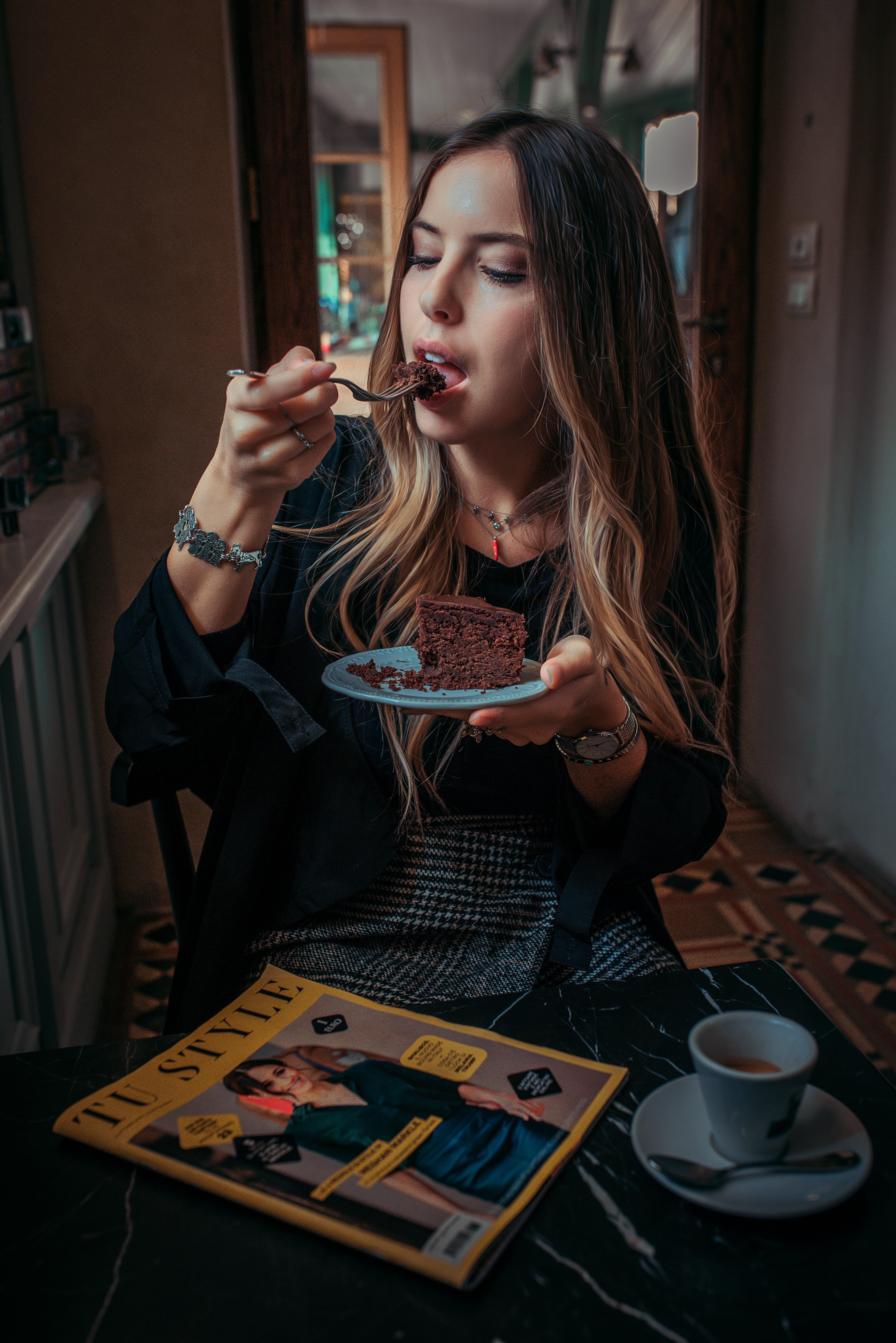 Základová fotografie zdarma na téma borůvkový tvarohový koláč, čokoládový dort, degustace, italská dívka