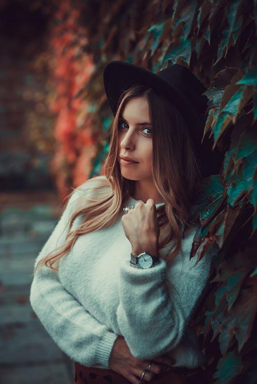 atraktivní, bílý svetr, blond vlasy