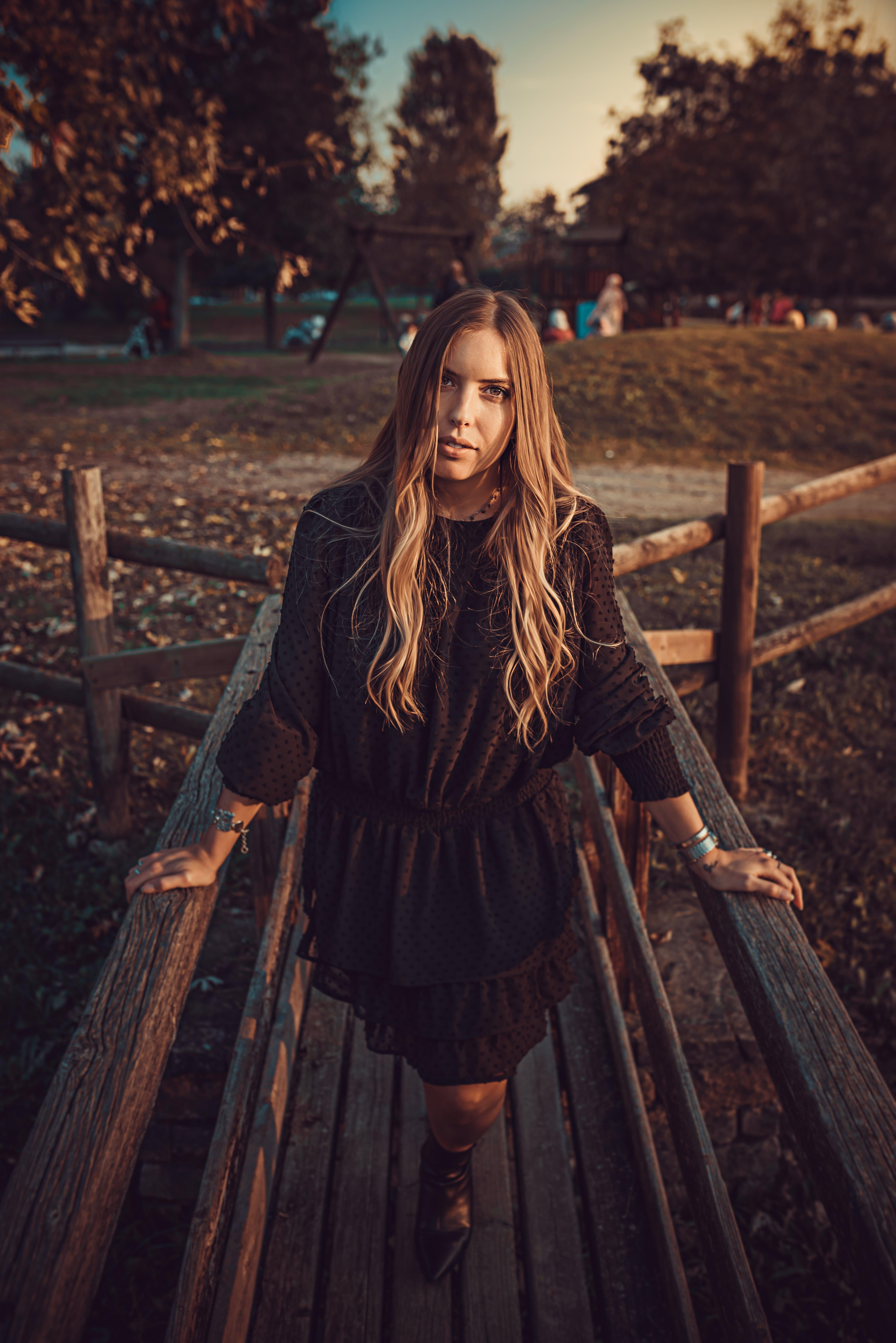 Základová fotografie zdarma na téma blond vlasy, černé šaty, dlouhé černé šaty, dlouhé šaty