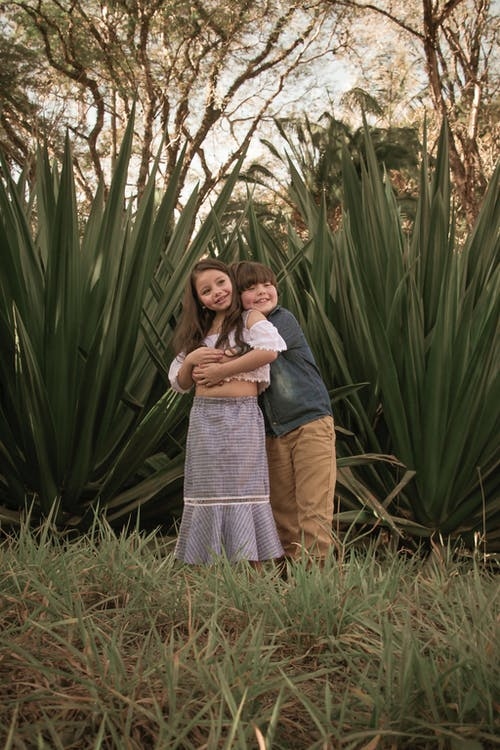Δωρεάν στοκ φωτογραφιών με αγάπη, αγκαλιά, αγκαλιάζω, αγόρι