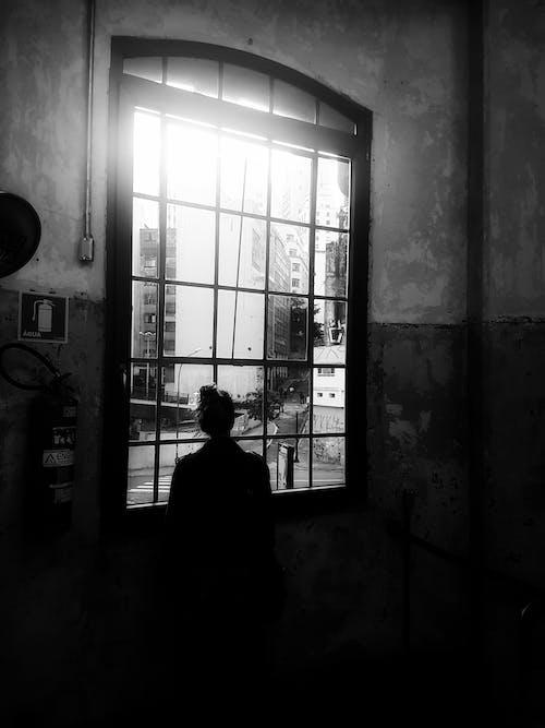 Darmowe zdjęcie z galerii z czarno-biały, kobieta, okno, osoba