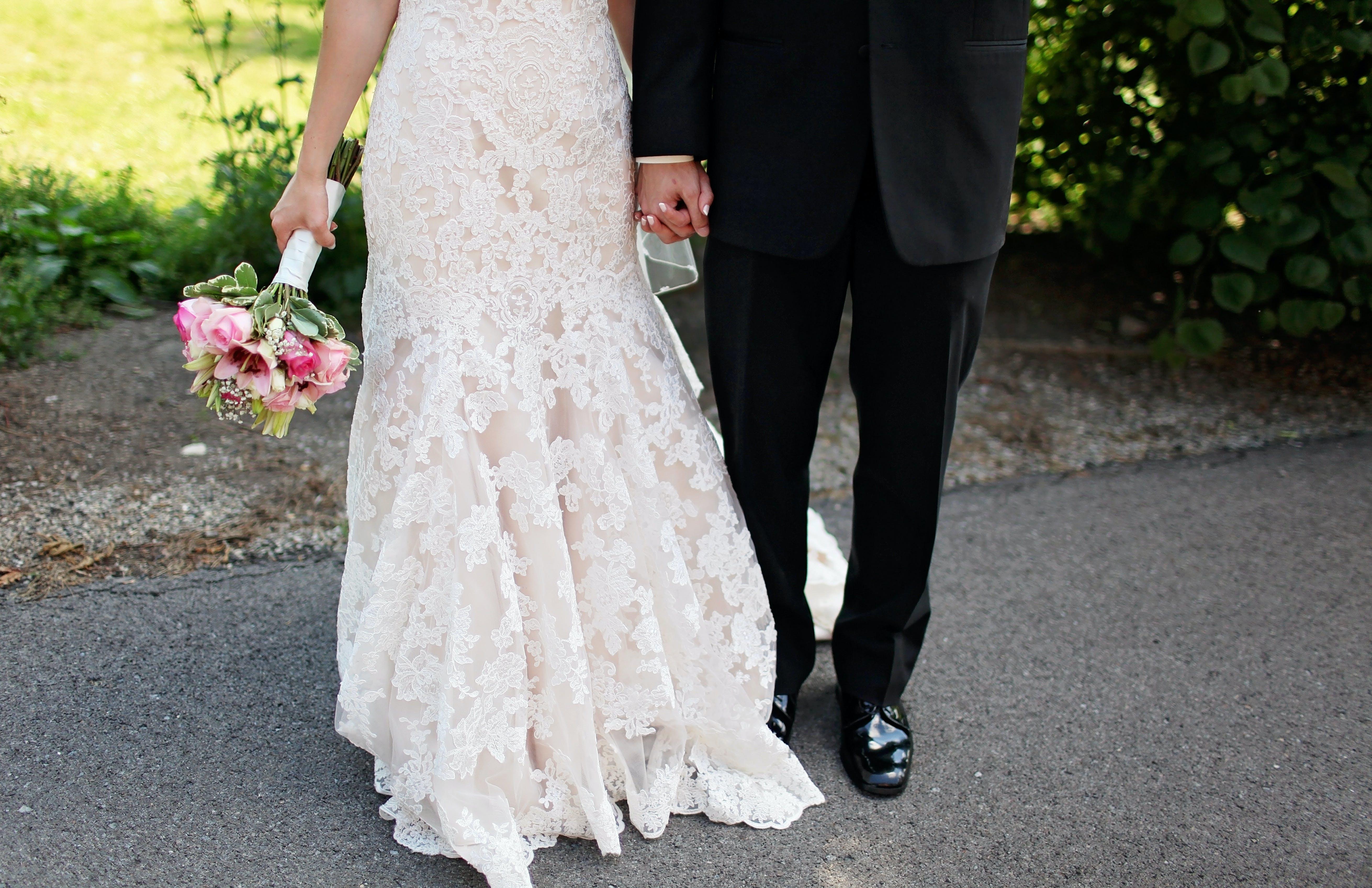 Kostenloses Stock Foto zu anzug, blumenstrauß, braut, braut und bräutigam