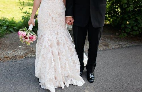 女人穿著白色婚紗