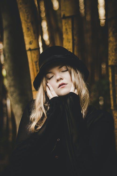 Foto d'estoc gratuïta de adult, barret, barret negre, bonic