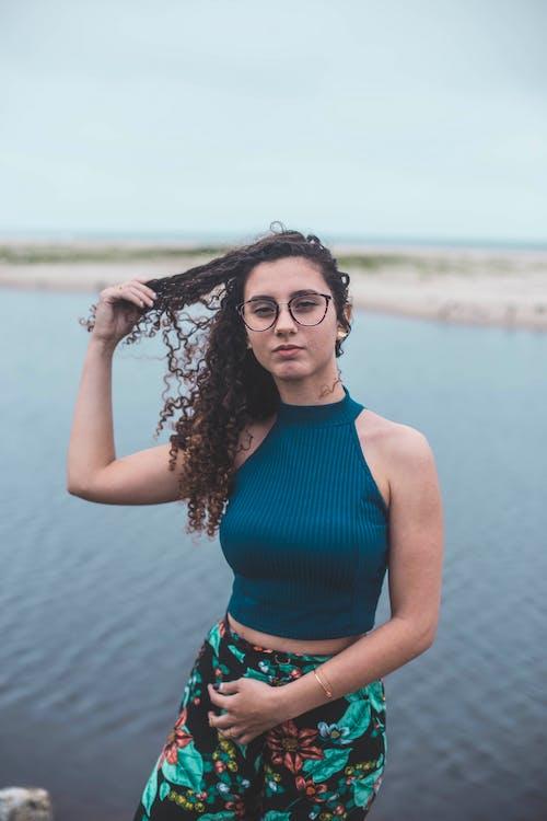 Бесплатное стоковое фото с вода, вьющиеся волосы, голубой, досуг