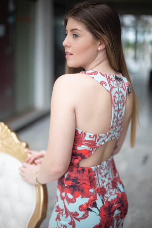 arkadan görünüm, ayakta, Çiçekli elbise, esmer içeren Ücretsiz stok fotoğraf