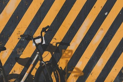 Ingyenes stockfotó bicikli, fal, leparkolt témában