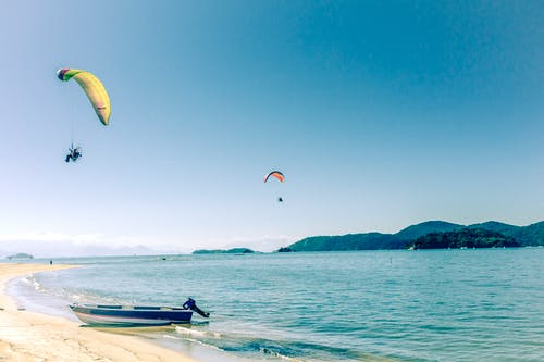Foto d'estoc gratuïta de aigua de mar, dia assolellat, llanxa, paracaigudes