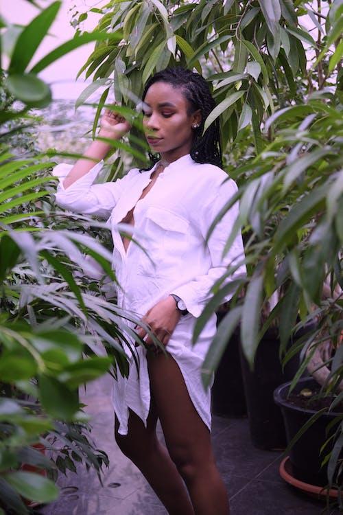 Mulher Em Pé Ao Lado Das Plantas