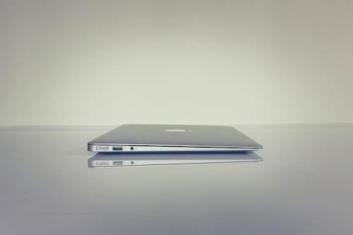 Δωρεάν στοκ φωτογραφιών με laptop, αντανάκλαση, ασημένιος, ασήμι
