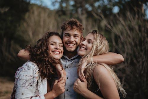 Darmowe zdjęcie z galerii z blond, brunetka, głębia pola, kobiety