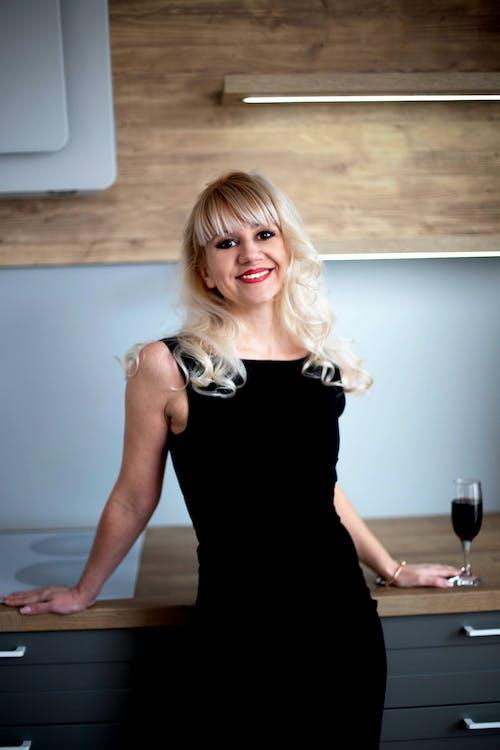 Kostenloses Stock Foto zu #blond, #frau, #glück, #lächeln