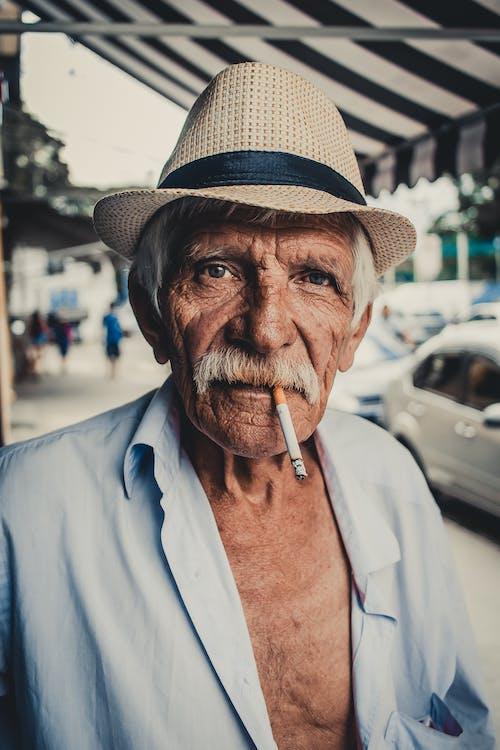 입에 담배를 가진 남자