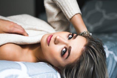 Darmowe zdjęcie z galerii z kobieta, ładny, łóżko, osoba
