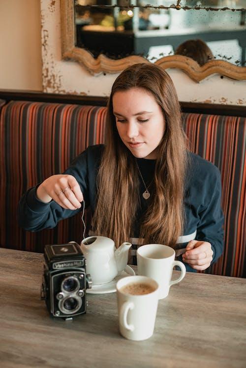 Бесплатное стоковое фото с женщина, камера, кофе, напитки