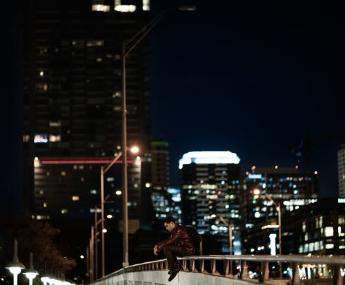 Безкоштовне стокове фото на тему «Вулична фотографія, місто, самець, самотній»