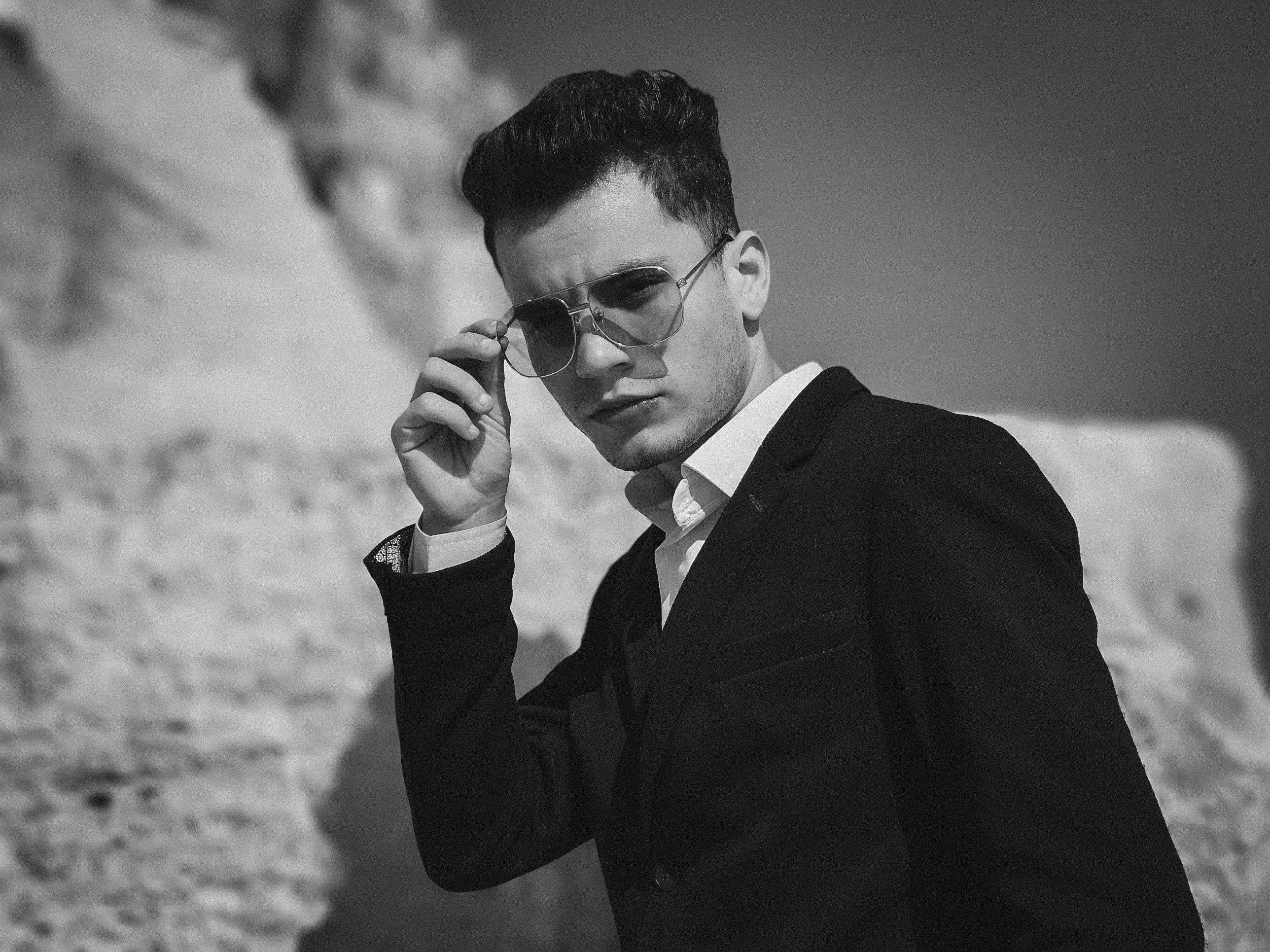 Foto stok gratis hitam & putih, kacamata, laki-laki, memakai