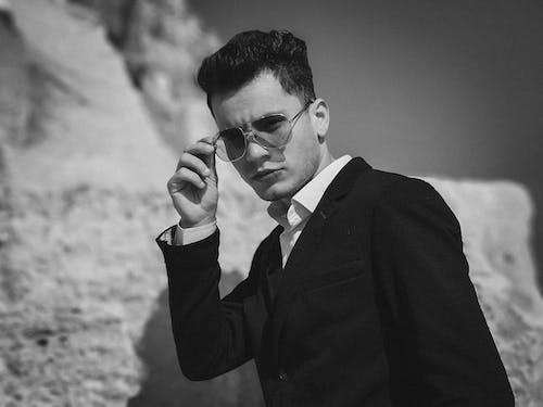 Δωρεάν στοκ φωτογραφιών με άνδρας, άνθρωπος, ασπρόμαυρο, γυαλιά