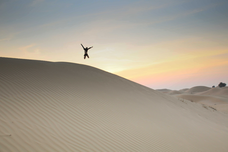 Foto profissional grátis de ação, alvorecer, areia, arremesso com salto