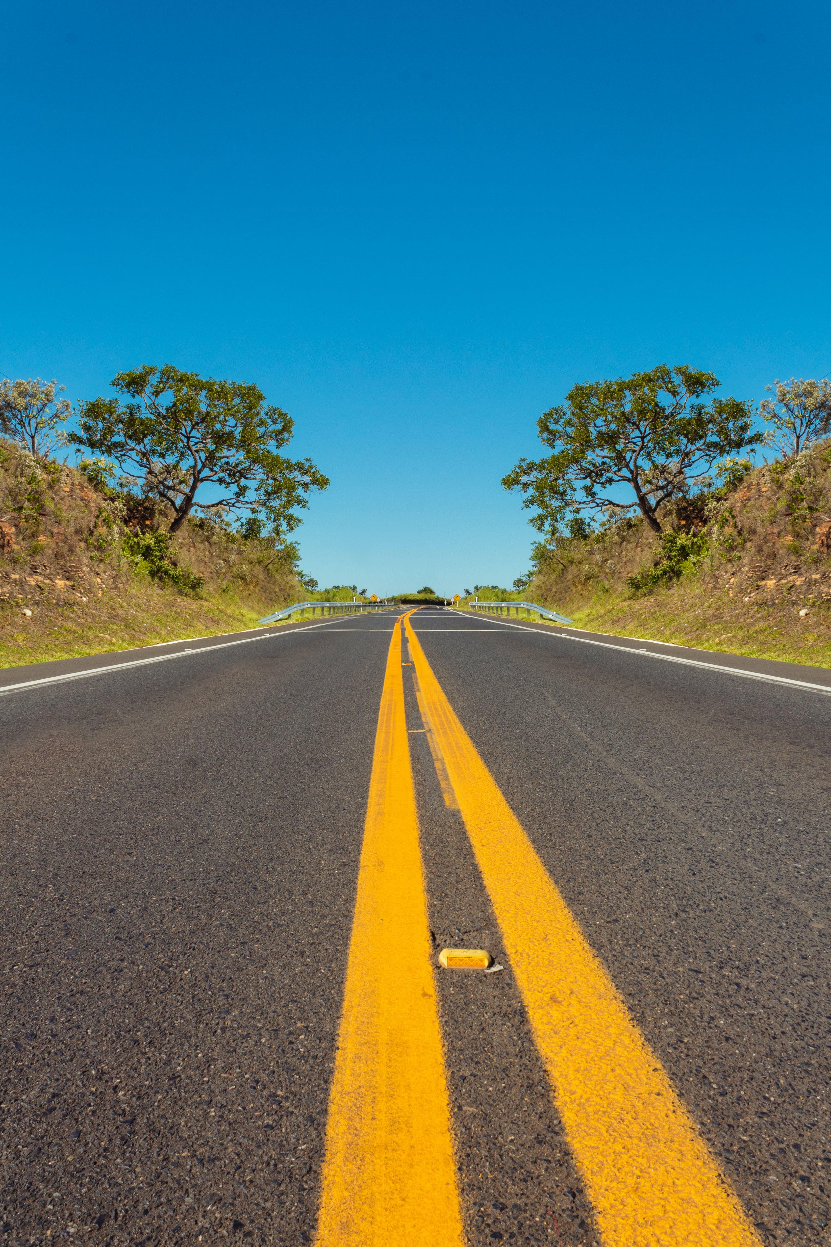 Kostenloses Stock Foto zu asphalt, autobahn, bäume, blauer himmel