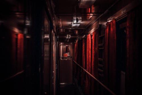 Darmowe zdjęcie z galerii z jasny, noc, pociąg, wagon kolejowy