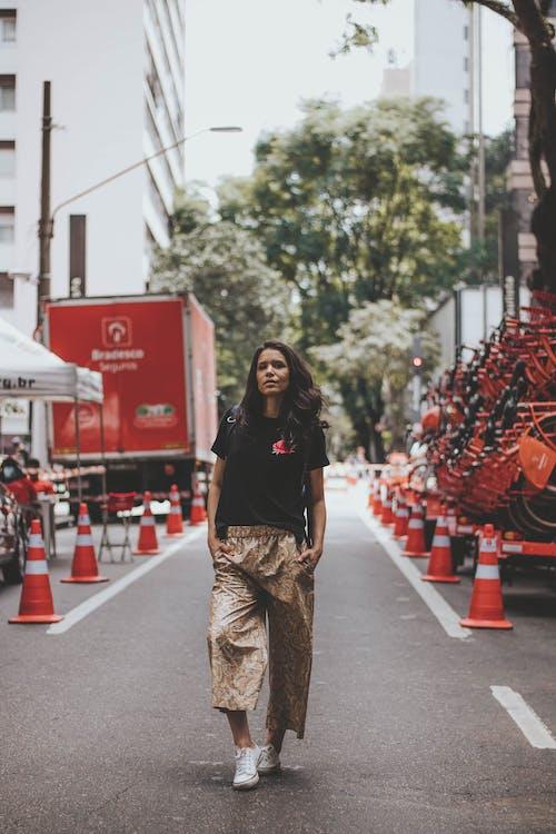 araç, aşındırmak, Asyalı kadın, asyalı kişi içeren Ücretsiz stok fotoğraf