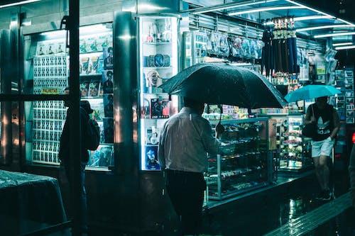 Základová fotografie zdarma na téma akcie, chodník, chůze, deštníky