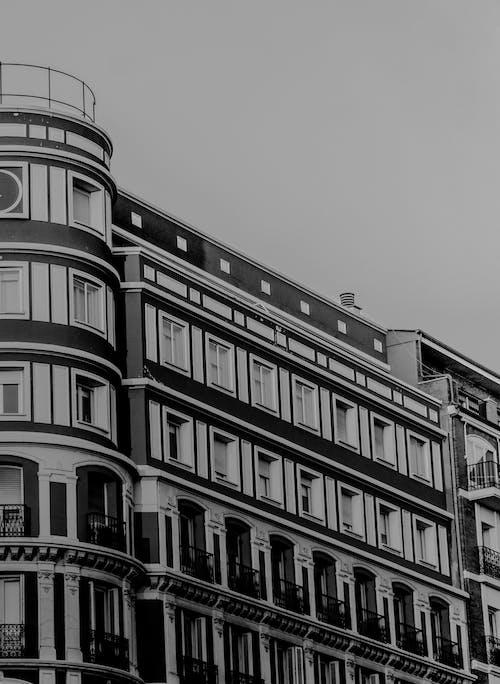 Fotos de stock gratuitas de arquitectura, blanco y negro, calle, céntrico