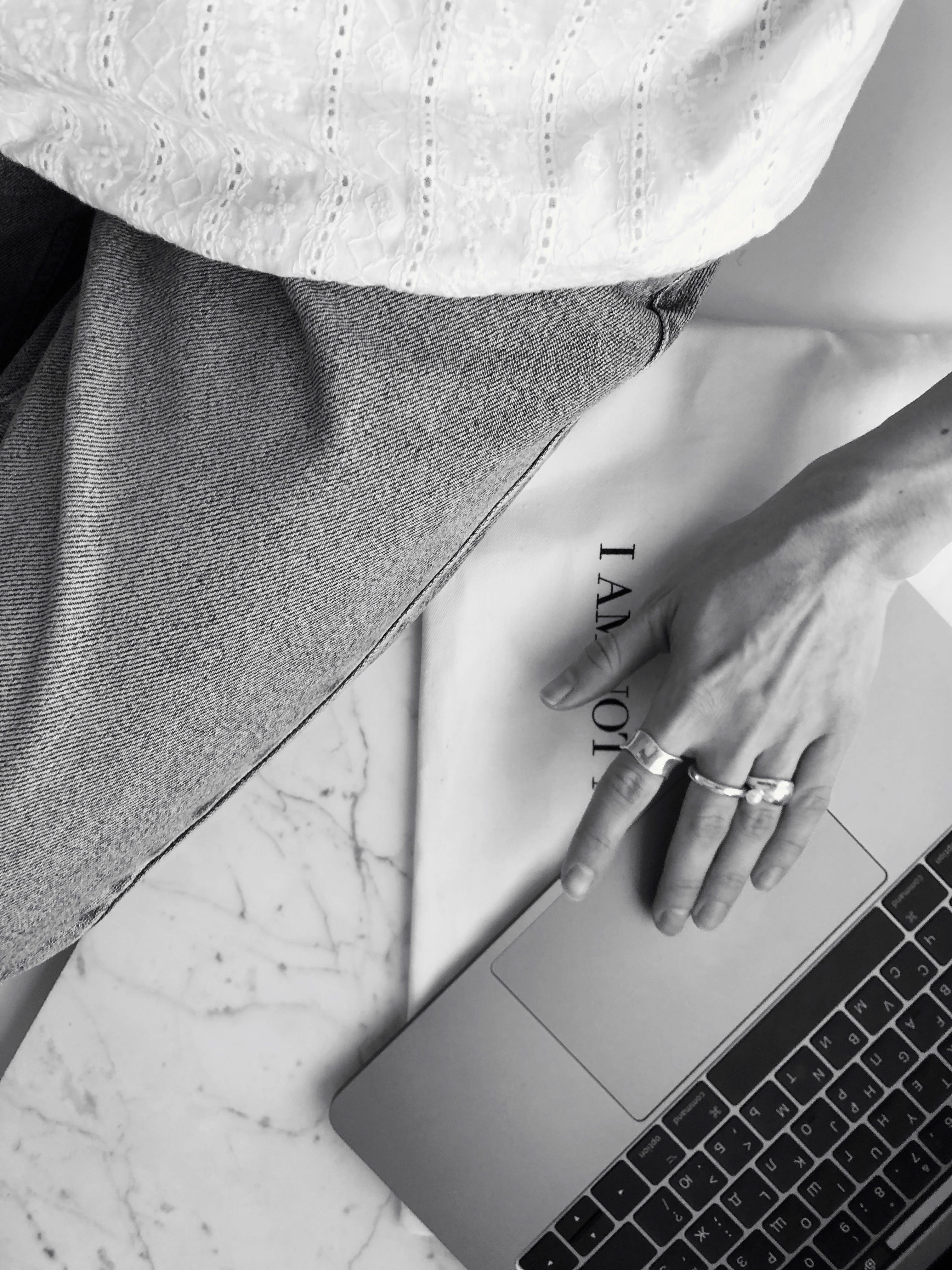 Základová fotografie zdarma na téma černobílá, černobílý, notebook, ruka