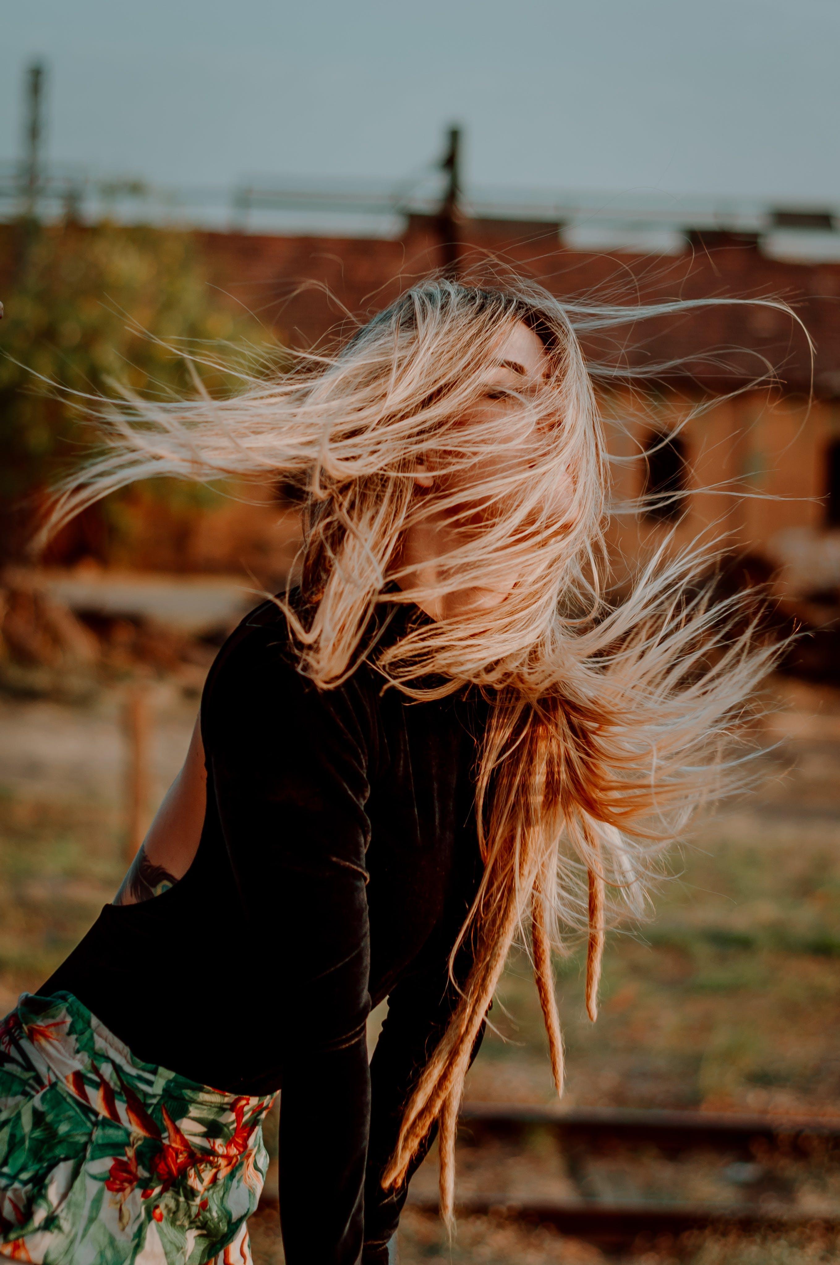 Kostenloses Stock Foto zu fashion, frau, haar, haare fliegen