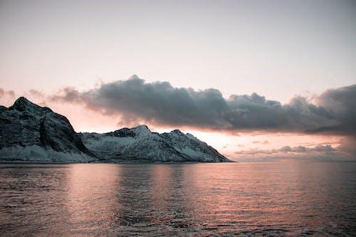 Kostnadsfri bild av berg, dramatisk himmel, gryning, hav