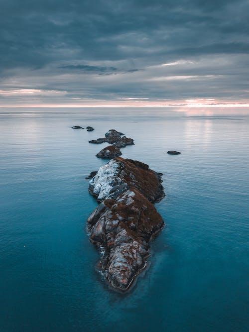 Darmowe zdjęcie z galerii z chmury, dron, formacja skalna, fotografia z drona