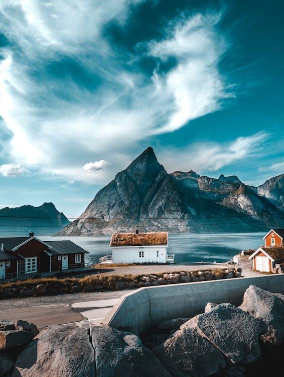 berg, blå himmel, by