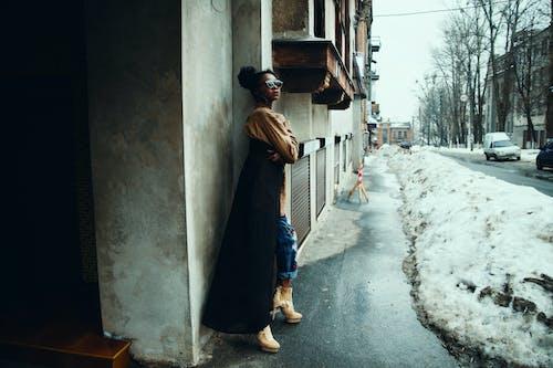 Безкоштовне стокове фото на тему «бетонна стіна, Будівля, відтінки, жінка»