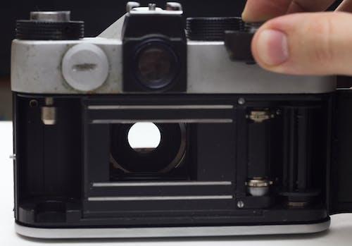 Gratis lagerfoto af analogt kamera, hånd, kamera, port