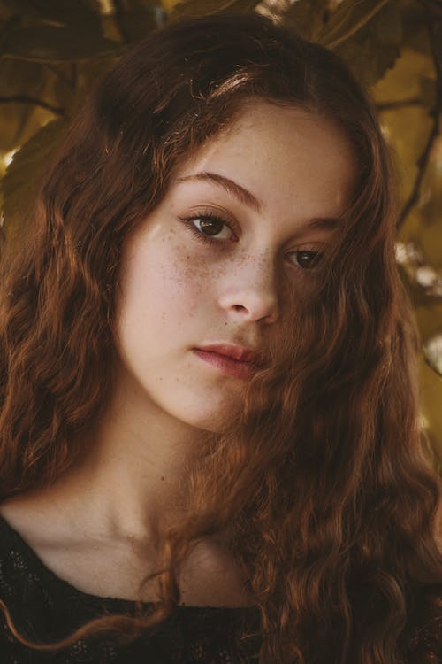 Kostnadsfri bild av fotografering, fräknar, kvinna, lockigt hår