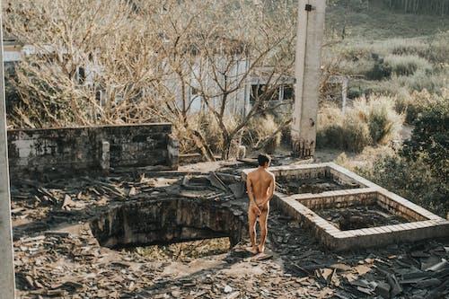 Darmowe zdjęcie z galerii z mężczyzna, nagi, opuszczony, opuszczony budynek