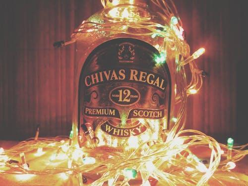Ilmainen kuvapankkikuva tunnisteilla alkoholijuoma, jouluvalot, juoma, pullo