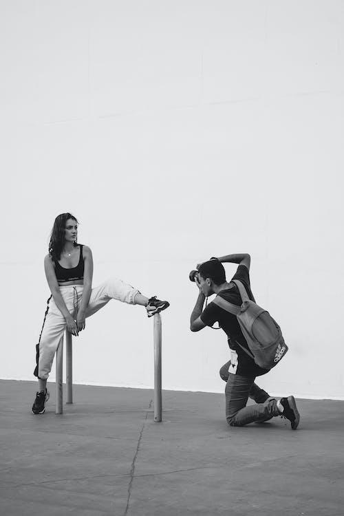 Immagine gratuita di alla moda, bianco e nero, dispositivo, donna