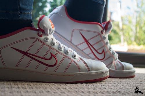 Imagine de stoc gratuită din alb, alergători, Nike, pantofi albi