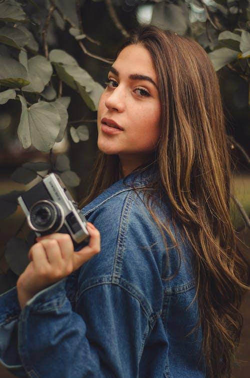 Бесплатное стоковое фото с выражение лица, глаза, женщина, камера